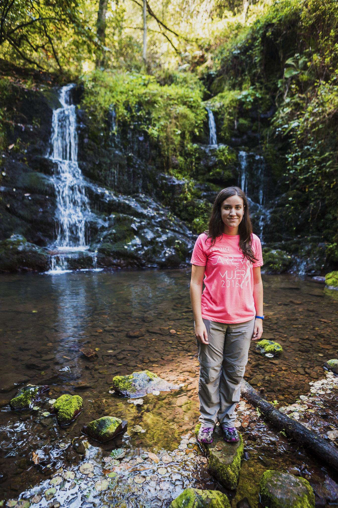 Frente a la cascada