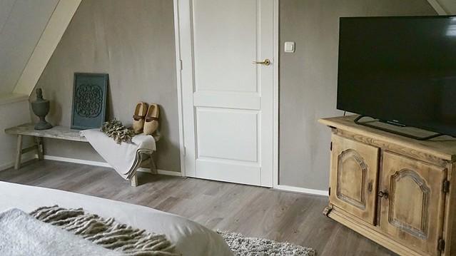 TV-kast slaapkamer bankje vaas klompen