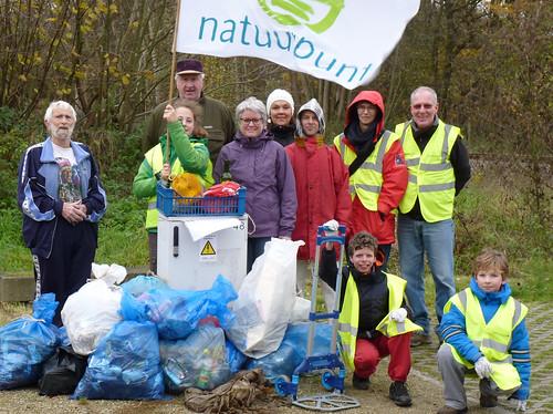 Vrijwilligers met opgehaald vuil  dec 2015