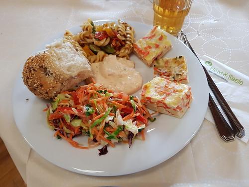 Dreierlei Aufläufe vom Blech, Salate, Hefebollen und Paprikadip