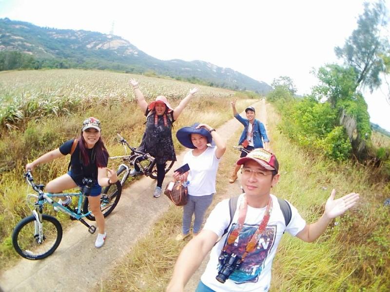 一行人,開心、愉快的騎著單車,穿梭在這片高粱田中