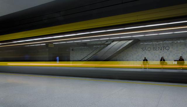 Metro passing at São Bento