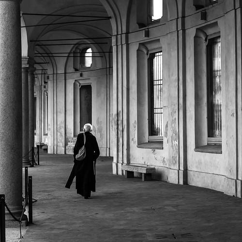 • • • • • #bnw #bw #blackandwhitephotography #monochrome #bnw_society #bnw_captures #fineart #instaart #artoftheday #milano #milan #igersmilano #ig_milan #ig_milano #igerslombardia #rotondadellabesana #people #streetphoto #walking #tv_pointofview #andrea