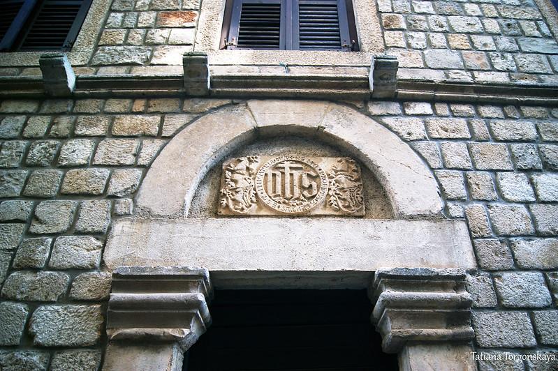 Люнет над входной дверью одного из старых домов
