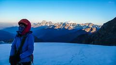 Idziemy na szczyt Tetnuldi, już na plateau, okolo 4000m. Monika.