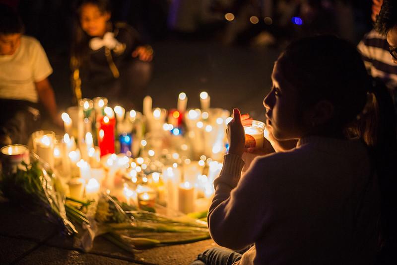 """Con la llamada """"Noche de velas"""" realizada en el Monumento a la Revolución se rindió un homenaje luctuoso a las víctimas de los sismos del 7 y 19 de septiembre pasado"""