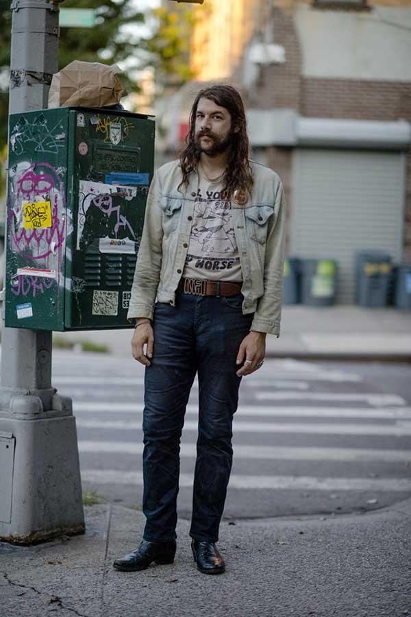 Gジャン×ベージュTシャツ×デニムパンツ×黒ブーツ