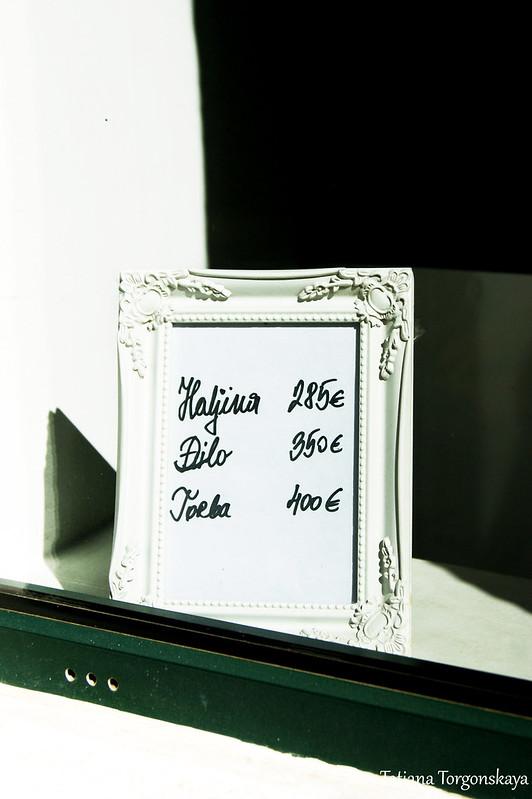 Ценник в витрине черногорского бутика