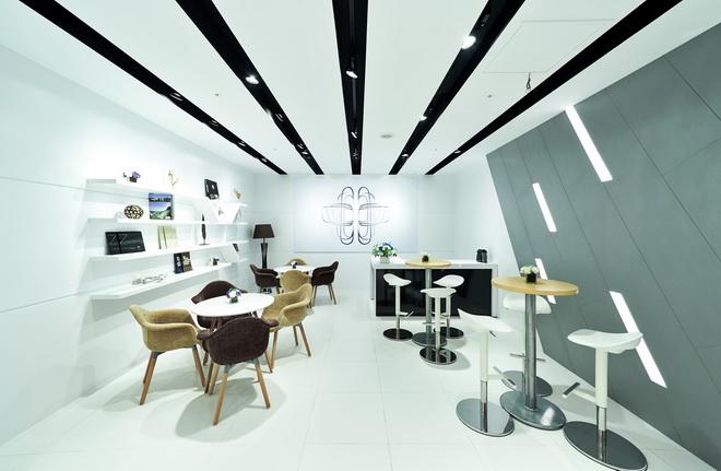 [新聞照片四] 全台首座BMW品牌形象館以純白的基調與簡潔俐落的線條為設計概念,展現優雅時尚的頂級氛圍