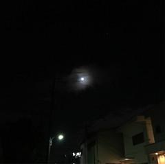 月が笑ってる