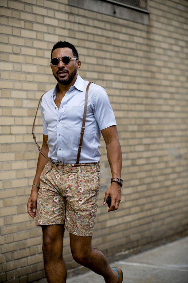 白半袖シャツ×サスペンダー×ベージュ系柄ショートパンツ