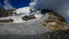 Szczyt Tetnuldi 4858m i cała droga podejscia odsłonieta i oświetlona w słońcu.