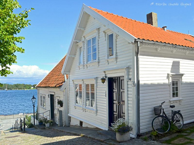 Casita blanca de madera del barrio de Gamle en Stavanger