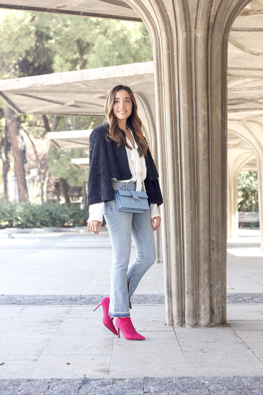fucsia ankle boots flared jeans suede chaquet uterqüe white shirt outfit trend fashion01
