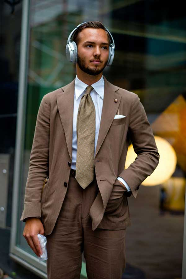 ライトブラウンスーツ×白シャツ×ベージュネクタイ