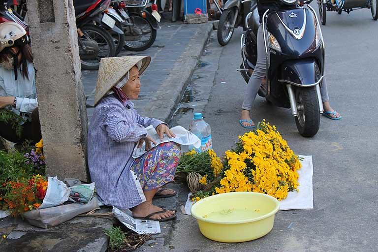 路邊老婆婆擺攤賣花