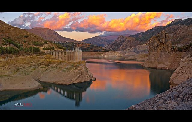 Atardece en el pantano de Canales, Güéjar Sierra, Granada.