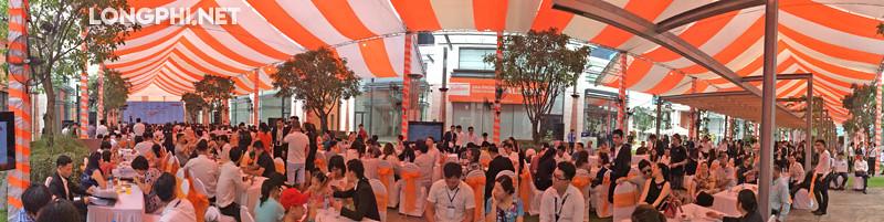 Rất đông khách hàng đến đăng ký mua nhà tại dự án Lavila Kiến Á, Nam Sài Gòn. Ảnh: LongPhi.net