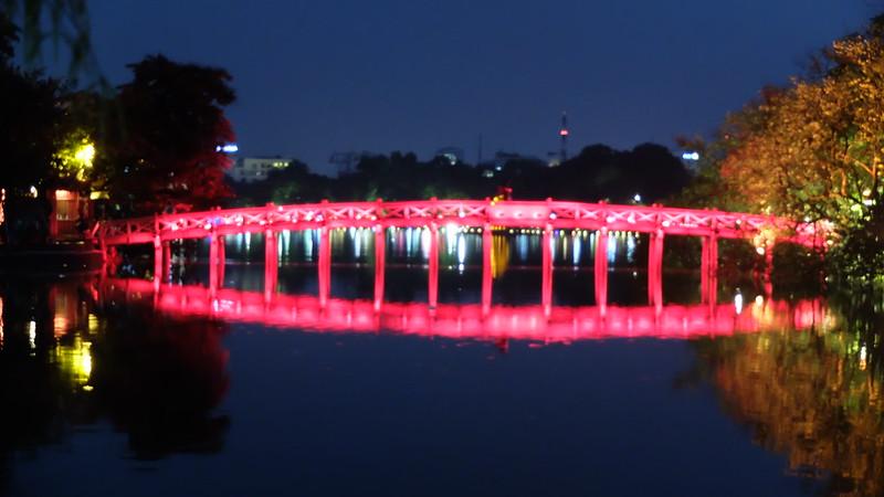 Lago y puente iluminados por la noche