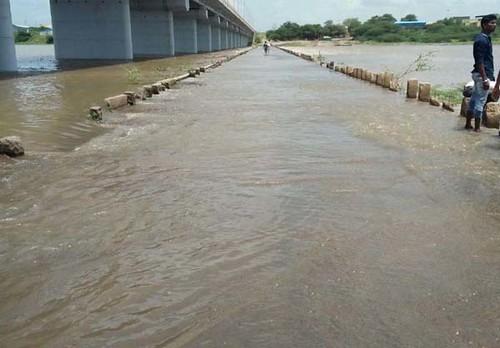 पंढरपूर येथील अरूंद बंधाऱ्यावर आलेले भीमा नदीच्या पुराचे पाणी