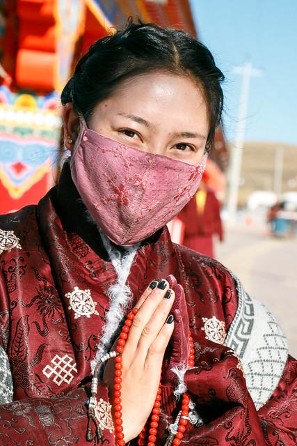 Beautiful woman in ethnic costume, Yarchen Gar アチェンガルゴンパ 民族衣装を着たチベタン美女
