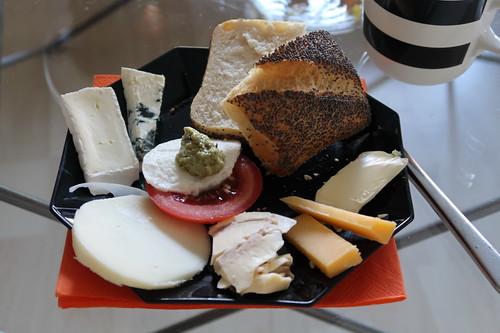 Diverse Käse zum Mohnbrötchen