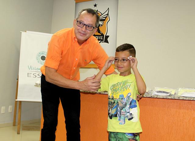 Presidente Janio Moraes entrega o primeiro par de óculos
