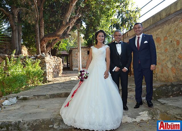 Kale turu sırasında, geçtiğimiz ay Denizli'de evlenen ve düğün çekimlerini kalede yapan Sevgi ve Hüseyin Konaç çifti Adem Murat Yücel ile de hatıra fotoğrafı çektirdi.