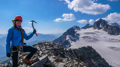 Monika na szczycie Marjanishvili 3555m. W tle lodowiec Aghashtani ,szczyty Zesho 3792m i Tetri Utsnobi (Biała Niezajoma) 4049m.