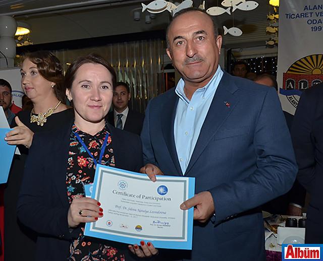 Bakan Çavuşoğlu, çalıştaya katılan akademisyenlere katılım belgelerini verdi