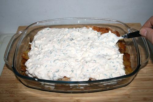 47 - Schnittlauch-Feta-Creme auftragen / Apply dill feta cream