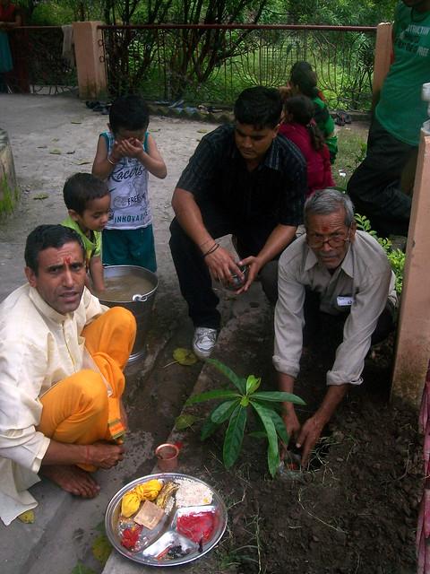 गाँव की जलधारे की साफ-सफाई एवं पूजा करते ग्रामीण