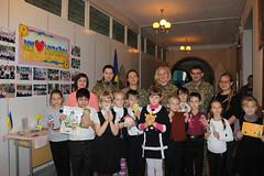 Маріупольські школярі з нагоди Дня захисника України передали гостинці на передову
