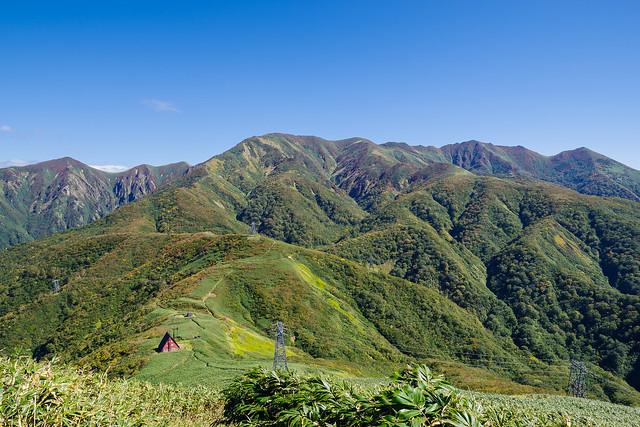 登り返す途中で振り返り・・・清水峠と朝日岳