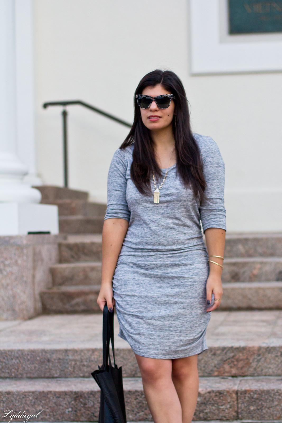 grey bodycon dress, black pumps, scalloped tote-2