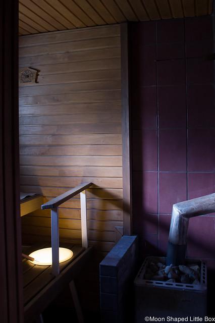 Kummalliset Tavat Blogihaaste bloggaaja sisustus remontti kylpyhuone violetit kaakelit purppura sauna puusauna saunaan valo