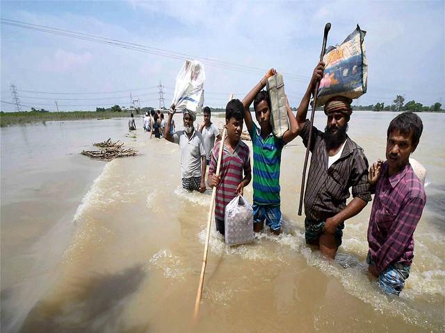 सुरक्षित जगह जाते बाढ़ प्रभावित