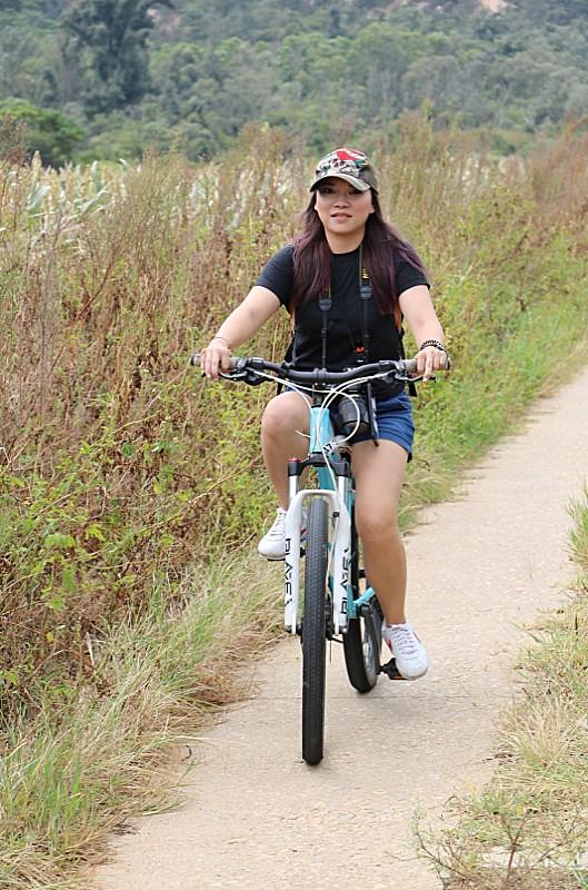 愉快的騎著單車,穿梭在這片高粱田中