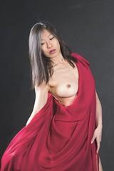 Donna con drappo rosso