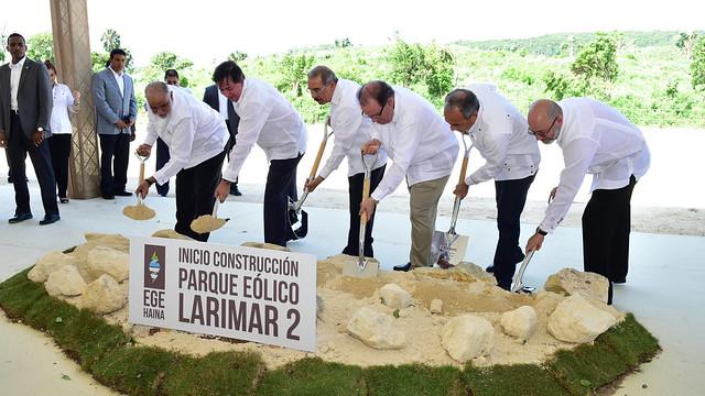 Más energía limpia: Danilo Medina da primer palazo construcción parque eólico Larimar 2 en Barahona