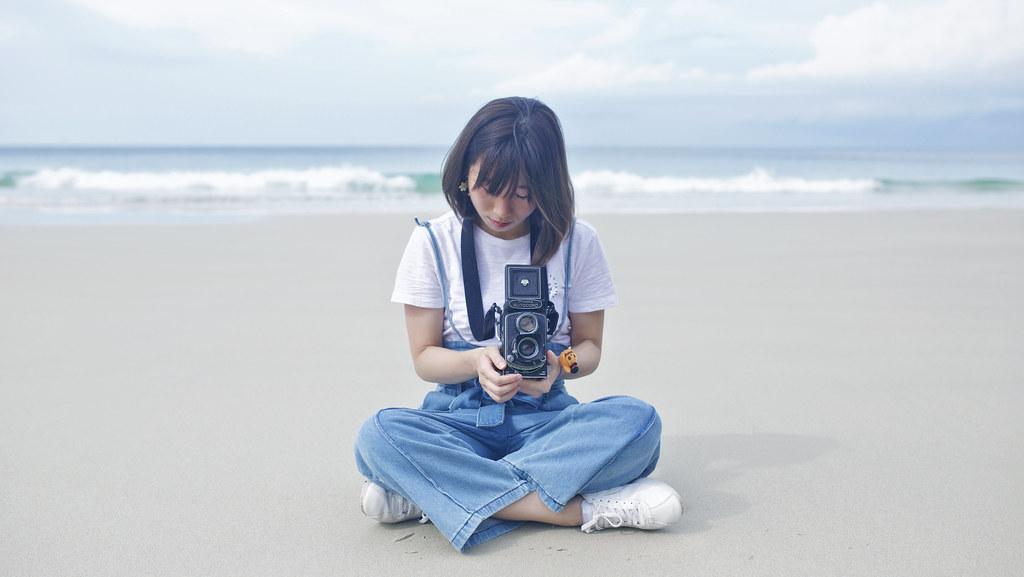 """Bintan Island, Indonesia / Sigma 35mm / Canon 6D 這幾天公司員工旅遊,來到了印尼的民丹島,那時候同事剛好穿著吊帶褲,剛好最後一天有空檔,就給我一個小時半的時間拍照。  觀光客遊玩的沙灘很亂,我們走到人少的地方,那裡的沙灘幾乎都是平整的,很漂亮!  其實沙灘還有一點濕,同事人很好,她可以坐下讓我拍而不擔心褲子濕掉!  我就延續「頭低低對焦」[1] 的主題繼續拍下去。  雖然我是臨時想到要延續這主題下去,哈!  花了一點時間嘗試不同的色調,最後再調出一個比較不那麼藍的顏色。  原來的影像有點偏黃、紅,看起來有沙漠地的色調。調成偏藍色是希望可以襯托牛仔吊帶褲的顏色。就多方嘗試吧!  Canon 6D Sigma 35mm F1.4 DG HSM Art _MG_2102_16x9_soft_blue 2017-11-05 Club Med Bintan Island  [1]: <a href=""""https://www.flickr.com/photos/toomore/22805942179/"""">www.flickr.com/photos/toomore/22805942179/</a> Photo by Toomore"""
