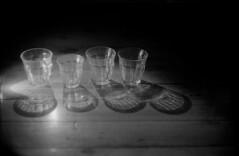 3 grands verres et un petit.