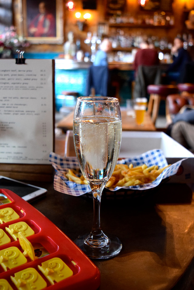 Prosecco at The Old Queen's Head, Islington | www.rachelphipps.com @rachelphipps