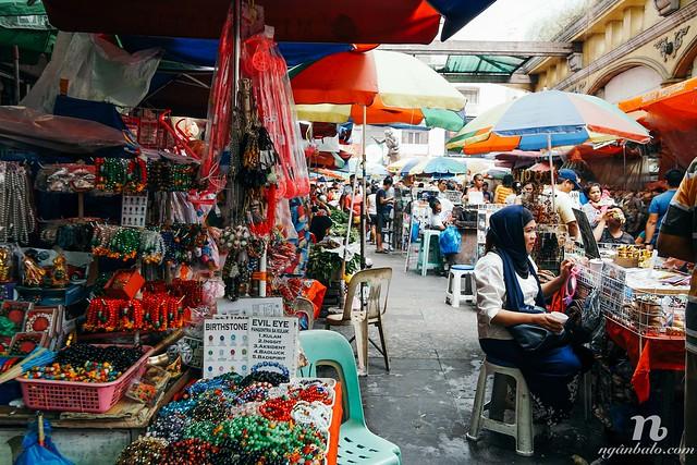 """Khám phá ẩm thực đường phố """"Gà con chiên giòn"""" ở khu chợ Quiapo, Manila"""