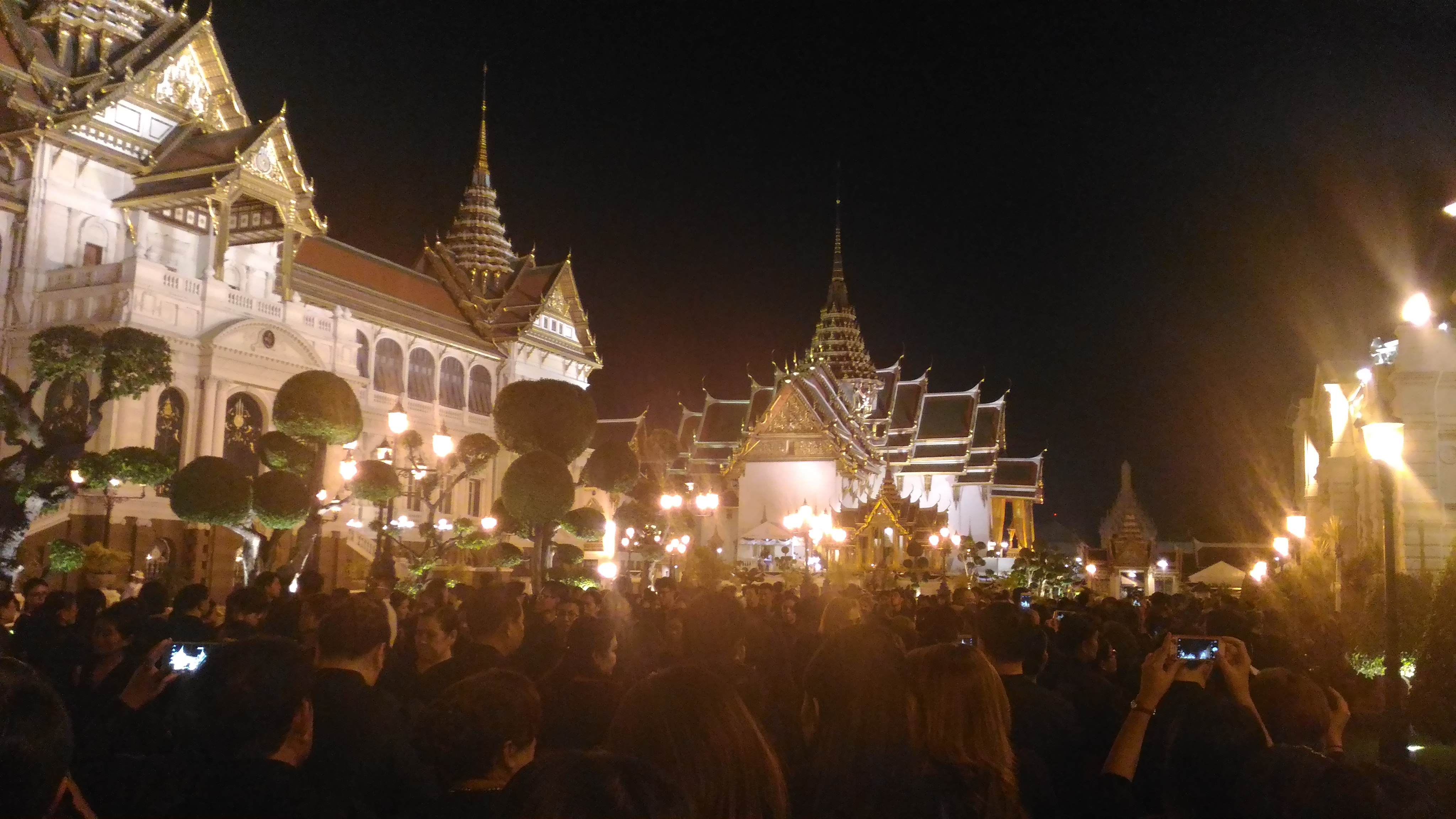 Queuing in the middle of the night to pay respect to His Majesty the late King Bhumibol Adulyadej at the Grand Palace in Bangkok. Photo taken on December 6, 2016.