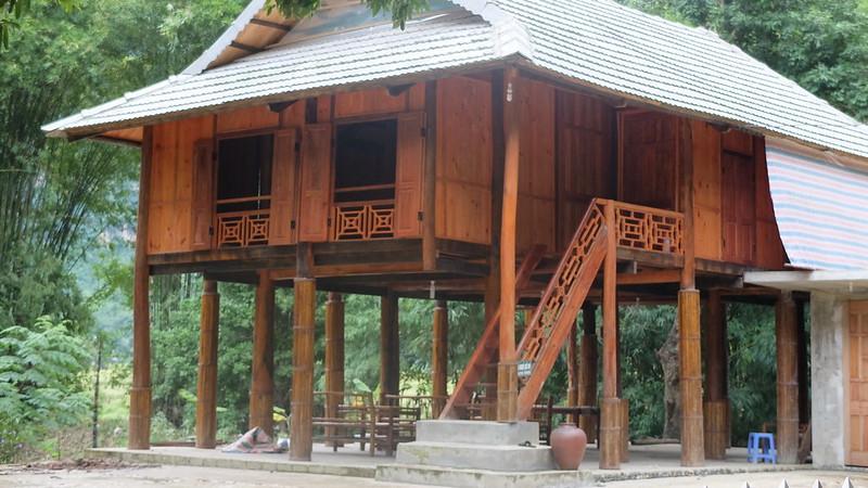 Casa típica Thai Blanca sobre pilotes