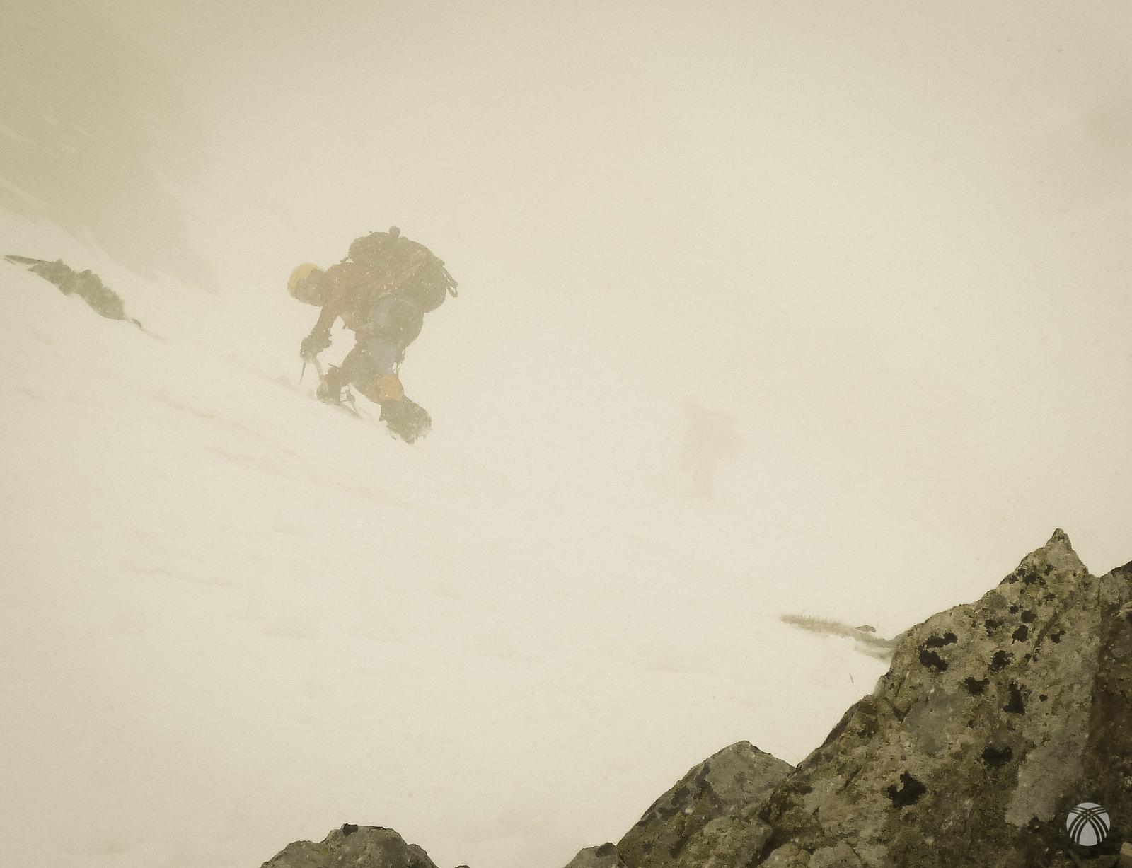 Mucha precaución. Nieve blanda húmeda arriba y hielo debajo