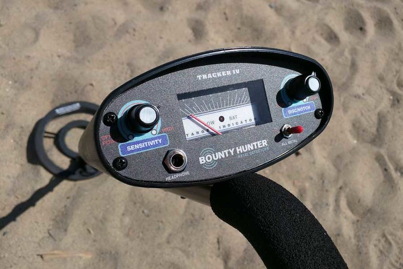 Bounty Hunter metal detector screen and control knobs