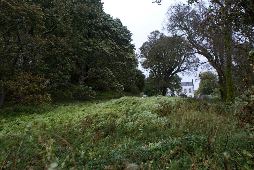 Maison d'un clan perdu dans la verdure secouée par le vent près d'Oban.