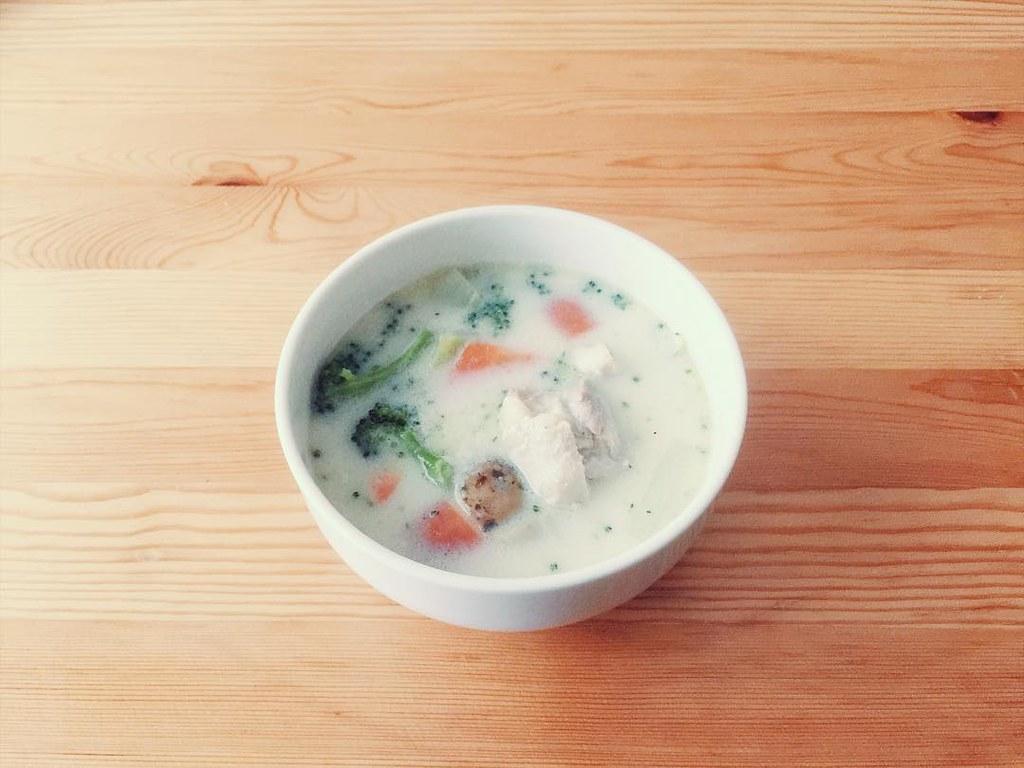 鶏肉の入ったシンプルなクリームシチュー
